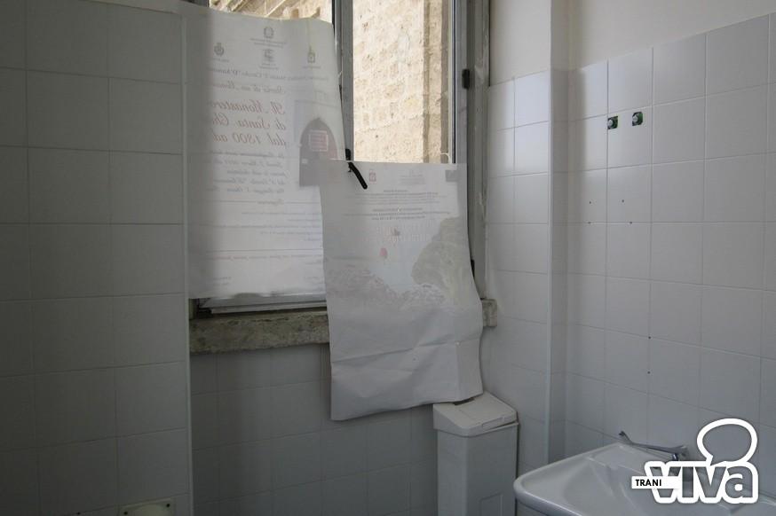 Bagno del comune di trani manifesti al posto della tenda - Vernice per bagno al posto delle piastrelle ...