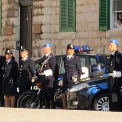 Forze dell'ordine in posa sul porto di Trani