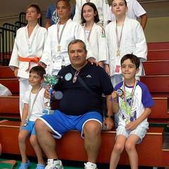 I giovani atleti della Judo Trani e il maestro Loprieno