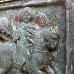 Ruggine sulla porta bronzea della cattedrale