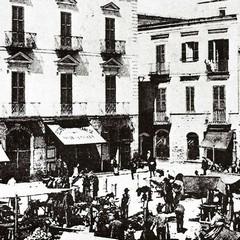 Piazza Longobardi già dotata di colonne in ghisa per l'illuminazione pubblica (1910-12)
