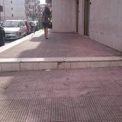 Barriere architettoniche, disabile rimane bloccato fuori l'ufficio collocamento