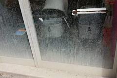 Vetrina sporca di fango in un'attività di  Corso Imbriani