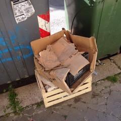 Materiale edilizio abbandonato vicino ai cassonetti della differenziata