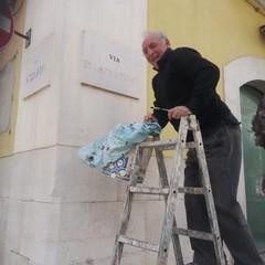 Vincenzo e le insegne delle vie della città