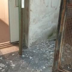 Ospedaletto pediatrico, si sgretola la tettoia dell'ascensore per disabili a causa delle abbondanti piogge