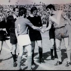 Brindisi Trani 1-1, serie C 1971-72: saluto tra i capitani Schipa e Cremaschi