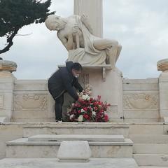 Omaggio floreale nel cimitero