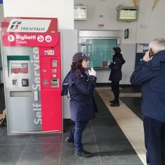 Coronavirus, polizia in stazione