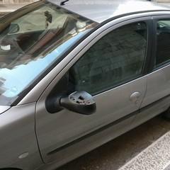 Vandali in azione: in città è strage di specchietti