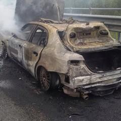 Fiamme in autostrada, a fuoco un'auto della polizia di Trani