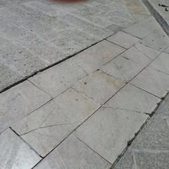 Piazza Regia Udienza, un tir distrugge le basole in pietra