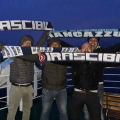 Tifosi espongono sciarpe sul traghetto