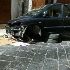 Casa Bovio: dopo l'occupazione si trasforma in un'autofficina