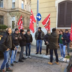 Guardie giurate Amiu in protesta fuori al Comune