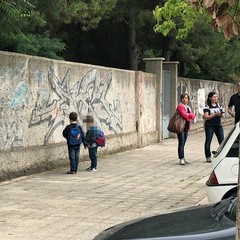 Bambini fuori l'istituto San Paolo
