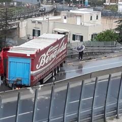 Camion perde il controllo e si scontra contro la balaustra della 16bis