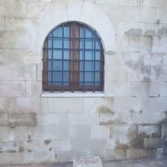 Rimosse scritte rosse sulla parete occidentale