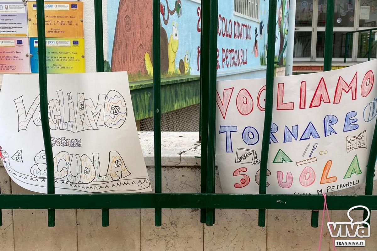 Protesta fuori le scuole