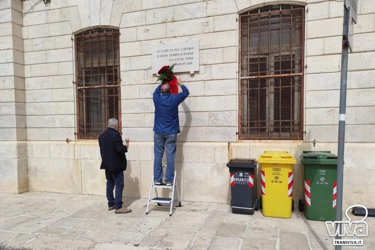 Deposizione di un mazzo di fiori in Piazza Cesare Battisti