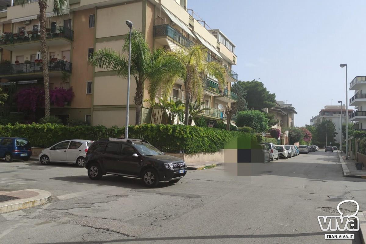 Auto a centro strada