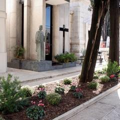 Nuove aiuole al cimitero di Trani