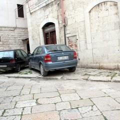 Inciviltà quotidiana: auto parcheggiate davanti ai monumenti