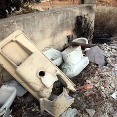 Bagni abbandonati per strada...