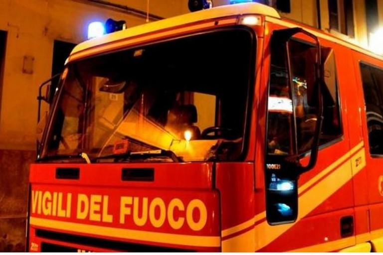 Vigili del fuoco spengono incendio tetto a Galbiate FOTO