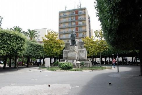 Monumento Giovanni Bovio in Piazza della Repubblica