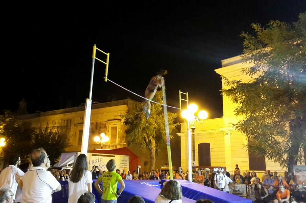 Salto con l'asta, Jumping in the Square al Cast Day