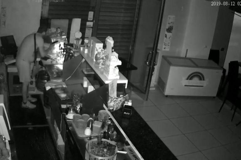 """Furto in un bar in via Gisotti: rubato il salvadanaio con le offerte per """"La Gabbia"""""""