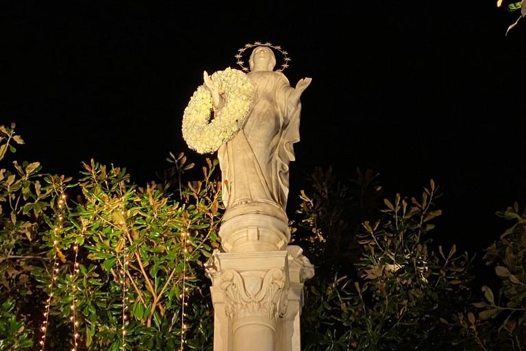 Omaggio floreale alla Madonna