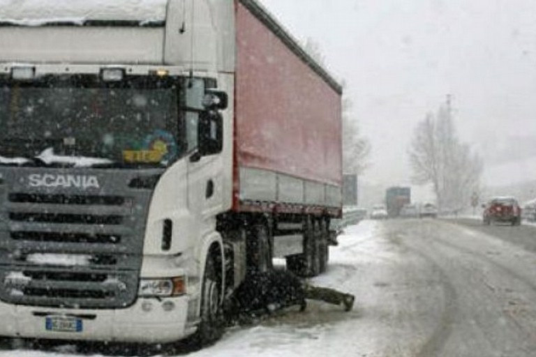 Allerta meteo, camion su strade extraurbane