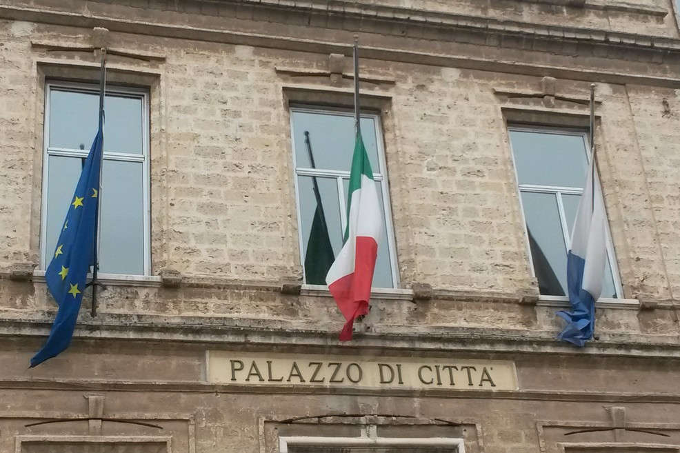 Comune di Trani, bandiere di lutto