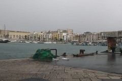 Scarico e vendita del pesce nel Porto: le cassette abbandonate lungo la banchina