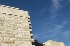 Monastero di Colonna, si stacca un lastrone dal muro di cinta: la denuncia di Branà