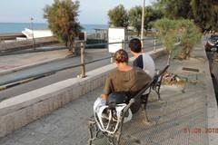 Parapetto con ringhiera pericolante in via Venezia, la denuncia dell'associazione Folgore