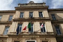 Sulla facciata del Comune di Trani la bandiera della Croce Rossa Italiana