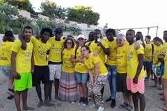 """A Baia del Pescatore migranti e """"indigeni"""" uniti nel nome del beach volley"""