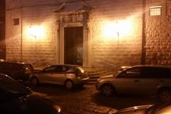 Parcheggi abusivi, sul sagrato di Santa Chiara regna l'anarchia