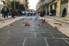 """In via San Giorgio un flash mob per dire """"basta"""" alla violenza sulle donne"""