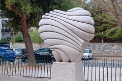 Statua dedicata ad Antonio Cezza ripulita gratuitamente da scritte e segni
