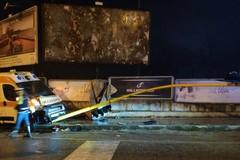 Scontro tra auto e ambulanza, semaforo distrutto sulla Bisceglie-Trani