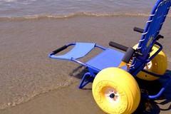 """Sulle spiagge di Trani arrivano le """"sedie job"""" per i diversamente abili"""