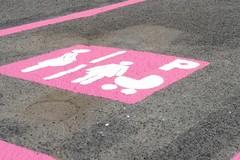 Parcheggi rosa per donne in gravidanza e neo-mamme, la proposta di Raimondo Lima