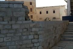 Il muretto alle spalle della Cattedrale rovinato da 30 anni
