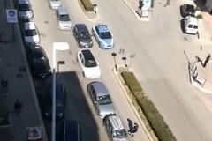 Traffico in corso Alcide de Gasperi: strada bloccata e automobilisti identificati