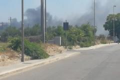 In fiamme un terreno incolto in via Superga: difficili le operazioni di spegnimento a causa del vento