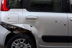 Perde il controllo della propria auto e si schianta contro tre veicoli in sosta